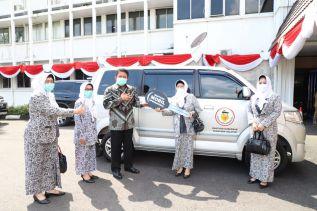 Gubernur Herman Deru Serahkan Bantuan Operasional Mobil ke PD IBI Sumsel